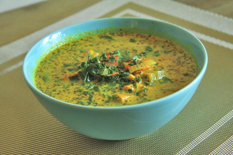 Orientalna zupa z dynią, kurczakiem i curry