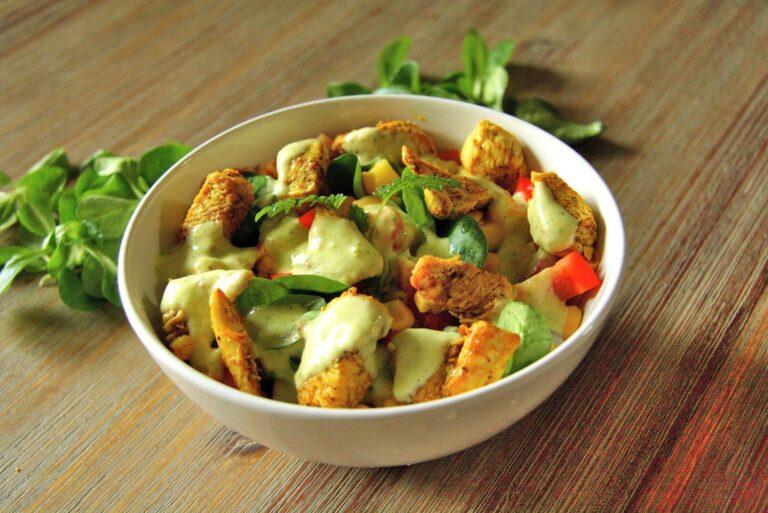 Tropikalna sałatka z mango, kurczakiem i sosem fistaszkowym